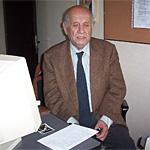 Merhum Mehdi Halıcı ağabey evinde çalışma masasında
