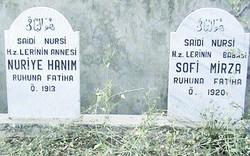 Bediüzzaman Hazretlerinin annesi Nuriye Hanım ile babası Sofi Mirza'nın mezarları, köyün kabristanında yan yana duruyor.